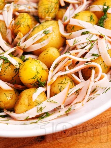 Картофена салата с варени пресни картофи, бекон, масло, чесън и копър - снимка на рецептата